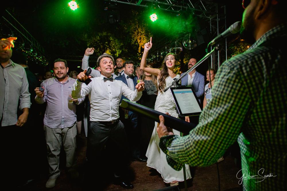 casamiento en terra oliva, fotos espontaneas, naturales y divertidas de la boda de leo y carlita , la banda lluvia de papas tocando en la fiesta