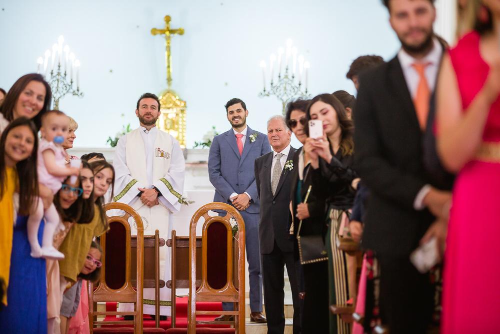 novio espera en el altar a la novia